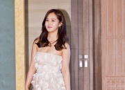 クジャクのようなドレス。少女時代ユリ、「第50回 百想芸術大賞」に出席【写真14枚】