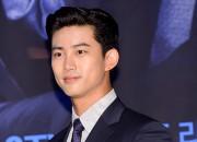 ブルーのスーツで颯爽と登場。2PMテギョン、KBS新ドラマ『アッセンブリー』製作発表会に出席【写真】